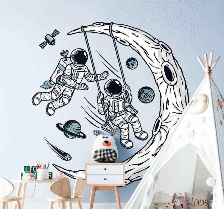 TenStickers. Adesivo murale spazio L'universo è il mio parco giochi. Adesivo decorativo spaziale illustrativo per la casa e altri spazi. Il disegno illustra gli astronauti spaziali che oscillano su una falce di luna.