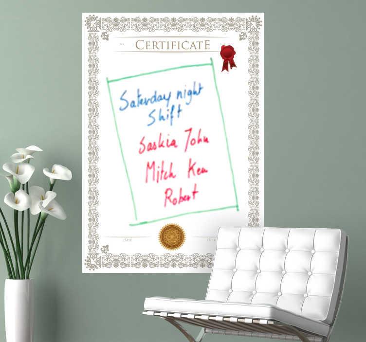 TenStickers. Naklejka dekoracyjna tablica certifykat. Tablica w formie naklejki dekoracyjnej na ścianę, po której możesz pisać flamastrami. Obrazek inspirowany dyplomem uniwersyteckim. Mazak do pisania gratis.