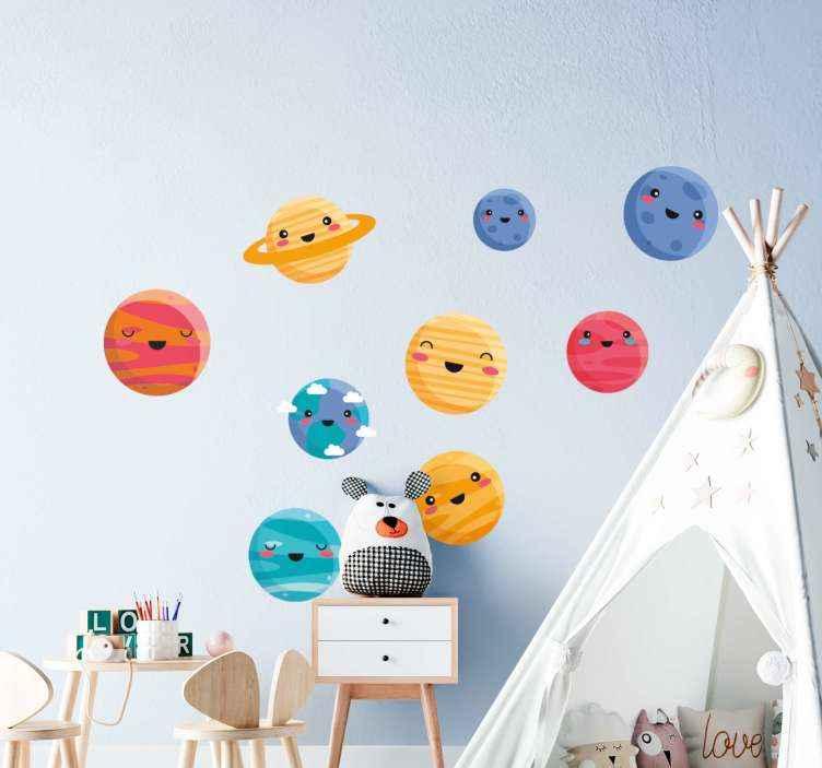 TENSTICKERS. かわいい惑星スペースデカール. 寝室の壁のスペースのための装飾的なスペースデカール。デザインには、宇宙の9つの惑星を描いた9つの絵文字要素が含まれています。