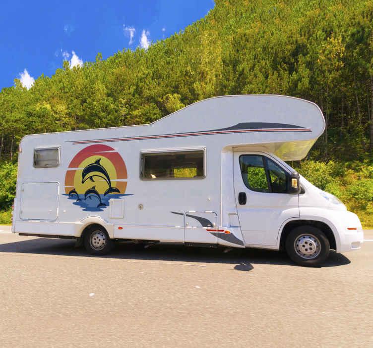 TENSTICKERS. 日没のキャンピングカーの魚のデカールでイルカ. 日没のキャンピングカーのステッカーでイルカ。この素敵なデザインはどんな車の表面にもうまくフィットし、その適用は本当に簡単です。