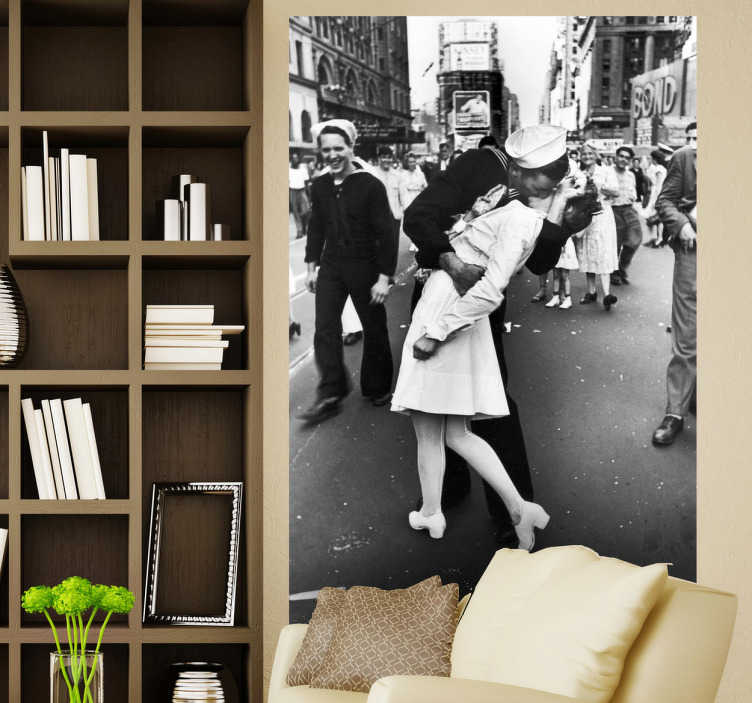 TenStickers. Times Square Kuss Fototapete. V-J Day in Times Square. Aufnahme aus dem Zweiten Weltkrieg und zeigt einen Matrosen der US-Marine, der eine Krankenschwester küsst.