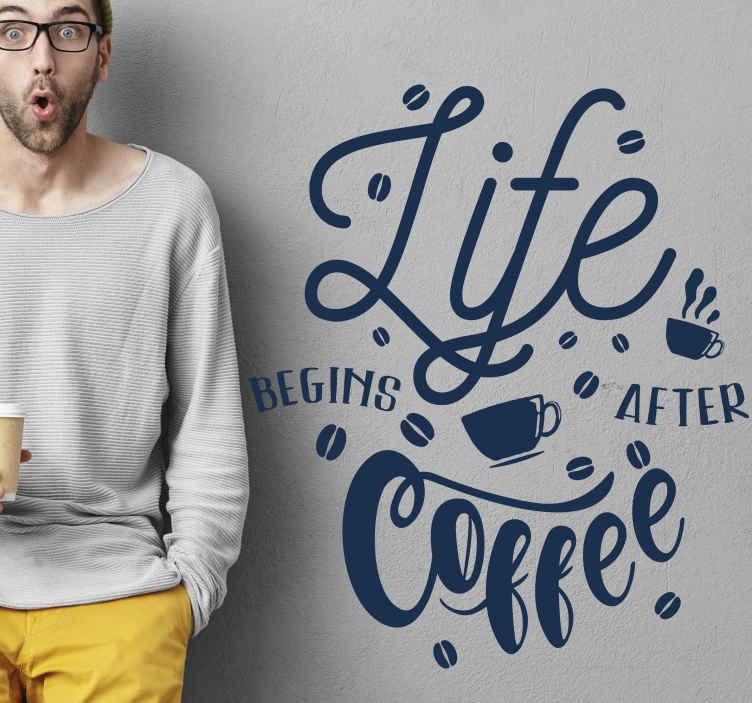 """TenStickers. Aufkleber Text Kaffeetasse silhouette mit schriftzug. Wandtattoo mit einem text: """"das leben beginnt nach dem kaffee"""". Einfach an der wand anzubringen und aus hochwertigem vinyl gefertigt. 100% zufriedenheit."""
