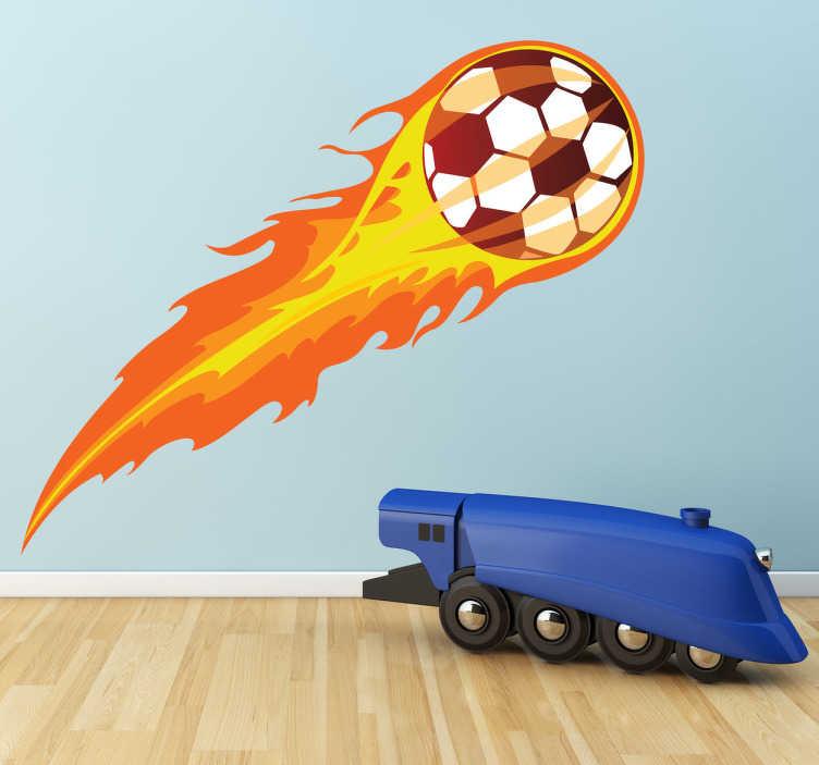 TenStickers. Autocolante infantil bola de futebol em chamas. Autocolante infantililustrando umabola de futebolchutada com tanta forma que se converteu emchamas!