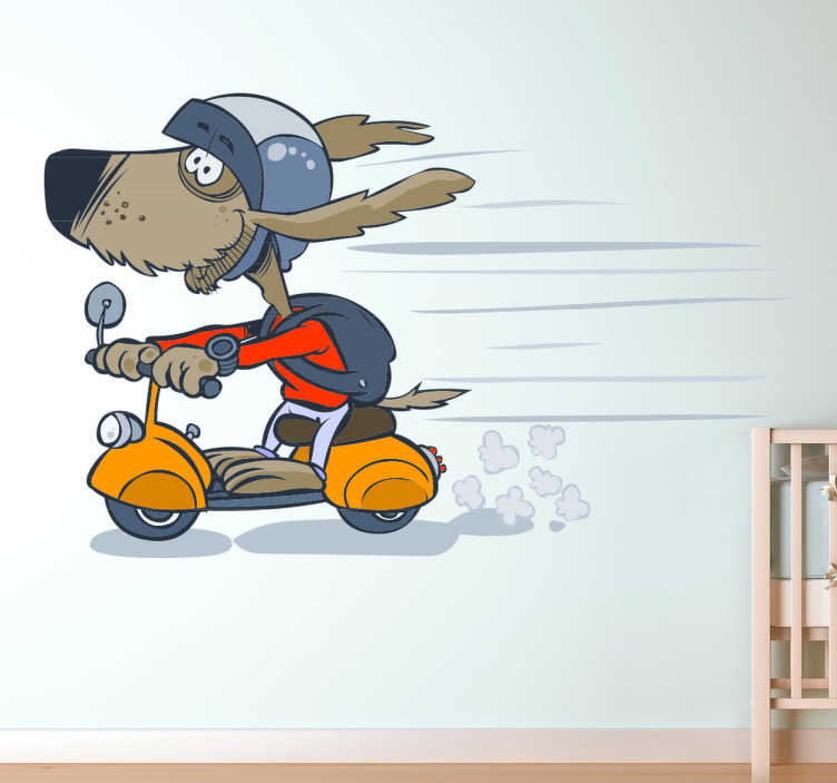 TenStickers. Sticker kinderkamer hond op scooter. Muursticker van een hond met een rugzak en een helm op zijn gele Vespa! Een grappige en coole wandsticker voor de decoratie van de kinderkamer.