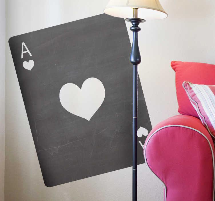 TenStickers. 에이스 하트 카드 칠판 스티커. 집안 어디에서나 갈 수있는 독창적이고 창조적 인 칠판 스티커. 하트 벽 스티커의 에이스는 포커와 블랙 잭 애호가에게 적합합니다.