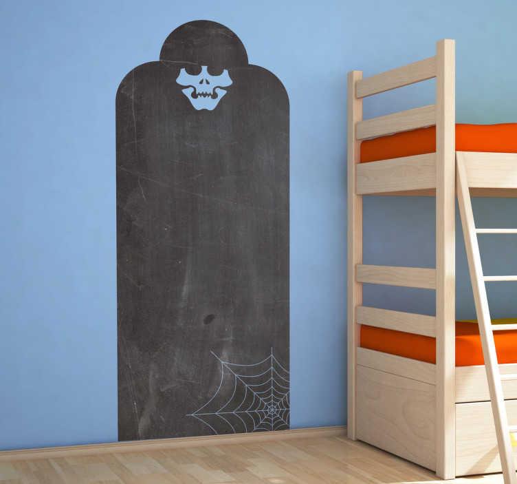 TenStickers. Autocolante de quadro negro túmulo de esqueleto. Um adesivo de ardósia de um esqueleto envolto em uma tumba. Decore o quarto dos seus filhos de uma maneira divertida e interativa!