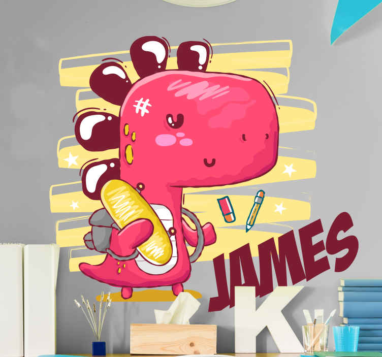 TENSTICKERS. 名前ドラゴンウォールステッカーで学校の恐竜に行く. この例示的なカスタマイズ可能な名前の恐竜の恐竜のステッカーであなたの子供の部屋を飾ります。デザインは、学校に行く恐竜を示しています。