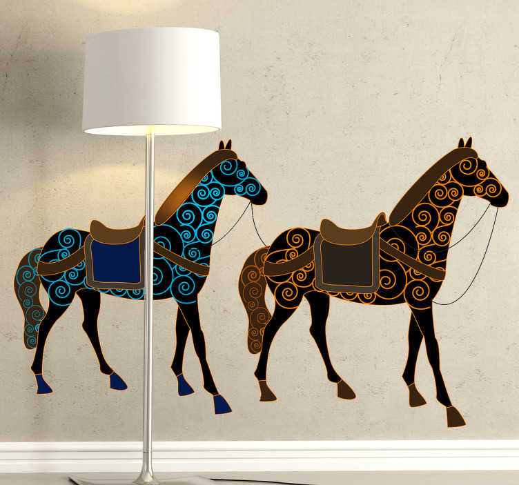 TenStickers. Sticker tekening twee paarden. Een leuke muursticker met de afbeelding van twee versierde paarden, één paard is versierd met een blauw patroon en de andere met een geel patroon.