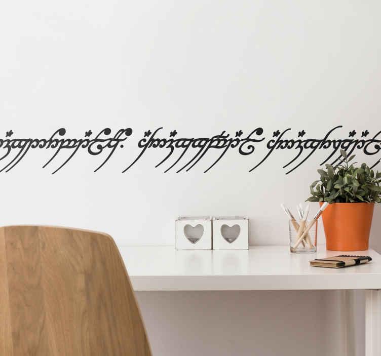 TenStickers. Wandtattoo Herr der Ringe Text. Herr der Ringe Fans aufgepasst! Dekorieren Sie Ihre Wand mit diesem einzigartigen Wandtattoo in Form einer Bordüre.
