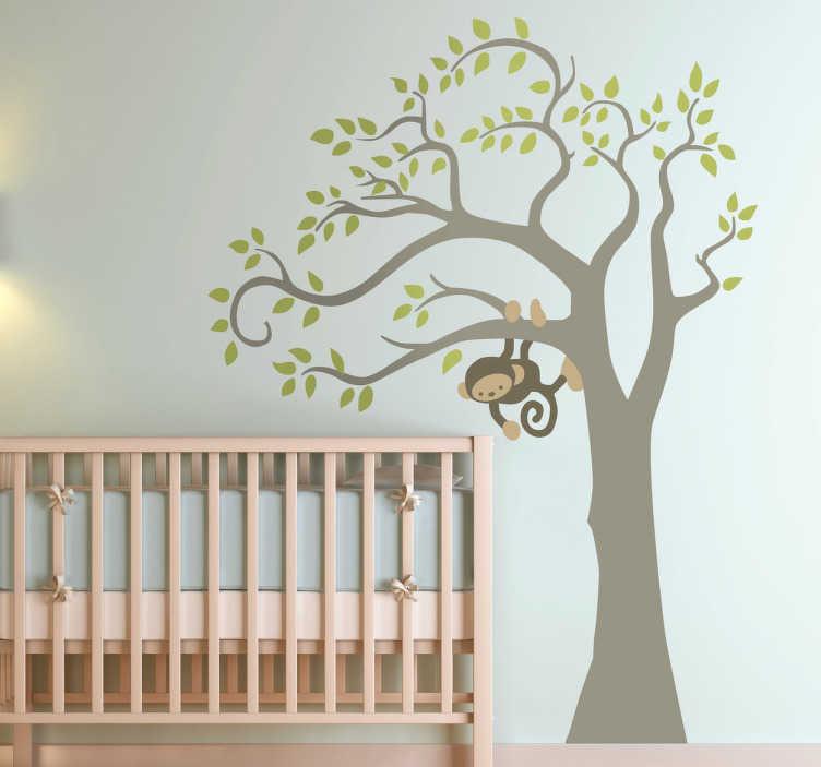 TenStickers. Træ børneværelse sticker. Et sødt klistermærke med motiv af et træ med gørnne blade og abe der kravler. En farverig dekoration, som vil passe til ethvert børneværelse.