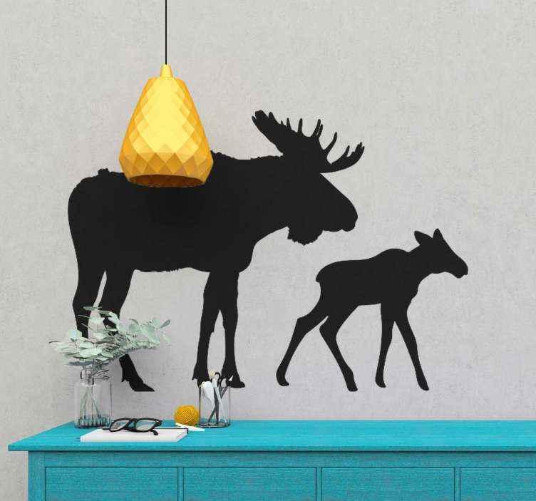 TENSTICKERS. ムースと子牛の動物の壁の装飾. ヘラジカと子牛を描いたこの動物のウォールステッカーで、あなた自身、あなたの友人、またはあなたの家族に今日の自然の贈り物を贈りましょう。今すぐ注文してください!