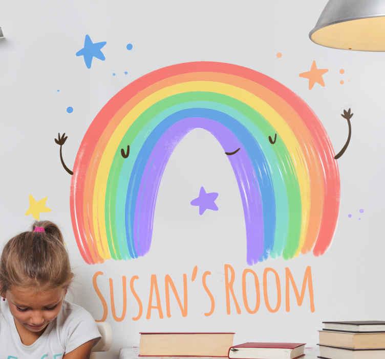 TENSTICKERS. パーソナライズされた水彩画の虹の赤ちゃんのウォールステッカー. 幸せそうな顔とあなたの子供の名前を含むカスタマイズ可能なテキストで大きな虹のイラストが描かれた子供の壁の壁画ステッカー。