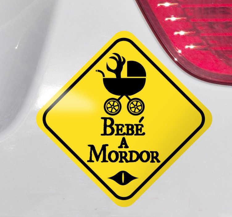 """TenStickers. Adhesivo bebé a Mordor. Avvisa gli altri conducenti che a bordo con te viaggia un piccolo """"orchetto"""", applicando questo simpatico adesivo decorativo alla tua macchina."""