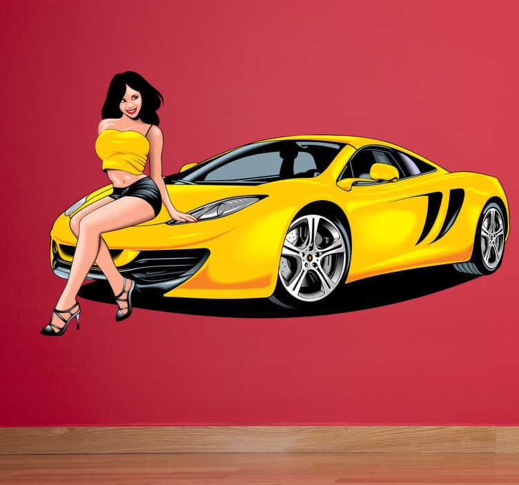 TenStickers. Naklejka żółte auto. Naklejka dekoracyjna przedstawiająca żółte auto wyścigowe, na masce którego siedzi modelka w topie pod kolor lakieru.