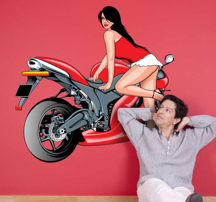 TenStickers. Wandtattoo Motorrad. Dekorieren Sie Ihre Wände mit diesem sexy Wandtattoo einer knapp bekleideten Frau mit langen dunklen Haaren, die sich an ein Motorrad lehnt.