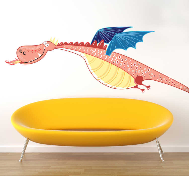 TenStickers. Sticker enfant dragon aux ailes bleues. Curieuse illustration pour cet adhésif créatif d'un dragon rose qui lance du feu mais qui ne fait pas peur du tout.