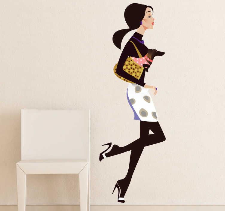 TenStickers. Dama za nakupovanje gospe in psa. Nalepka za modne stene, ki ilustrira zelo elegantno žensko, ki teče proti svoji najljubši trgovini z njenim majhnim psom v torbi. Kot nalašč za dekoracijo prodajnega okna za prodajalne na drobno.