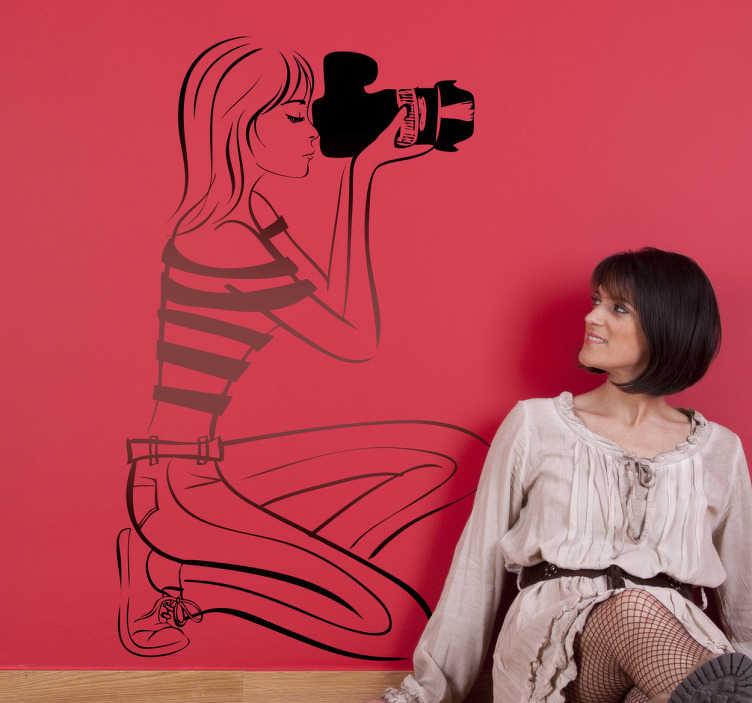 TenStickers. Sticker vrouw fotograaf camera. Een muursticker van een vrouwlijke fotografe. Bent u een liefhebber van fotografie? dan is deze wandsticker vast iets voor u!