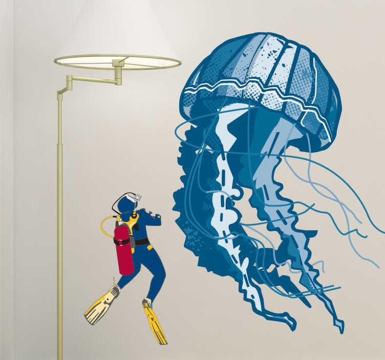 TenStickers. Naklejka dekoracyjna nurek i meduza. Naklejka dekoracyjna na ścianę, która przedstawia pływającego nurka obok olbrzymiej niebieskiej meduzy. Idealna naklejka dla entuzjastów nurkowania.