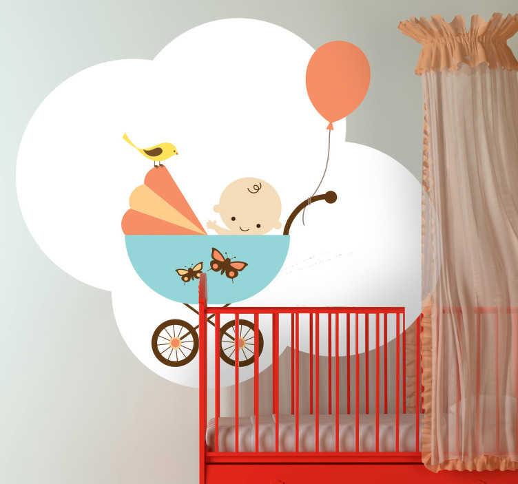 TenStickers. Kinderwagen Wolke Aufkleber. Dieses süße Wandtattoo ist ideal für das Kinderzimmer der Kleinsten. Ein Baby sitzt im Kinderwagen und wird von einem kleinen Vogel beobachtet.