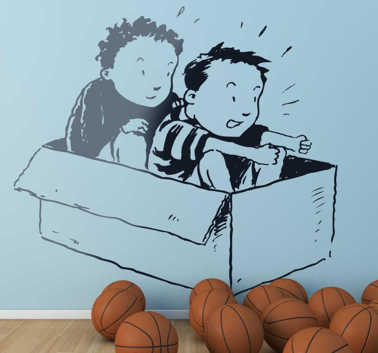 TenStickers. Sticker decorativo scatola da corsa. Adesivo murale raffigurante due bambini seduti in una scatola di cartone, mentre fanno finta di essere alla guida di un auto da corsa.
