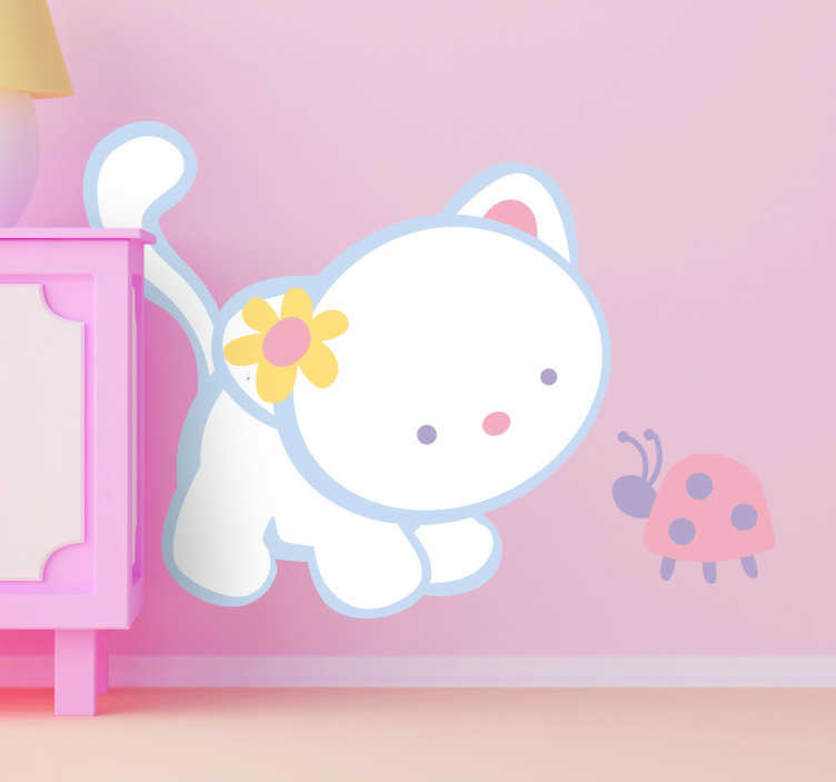 TenStickers. Sticker wit katje en lieveheersbeestje. Een leuke muursticker van een wit klein katje met een bloemetje achter haar oor en een mooi lieveheersbeestje.
