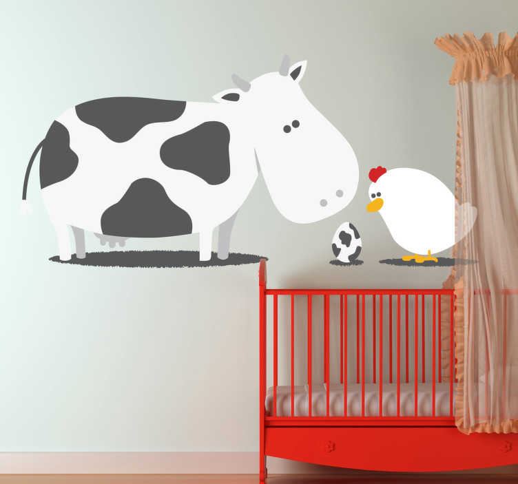 TenStickers. Kindersticker Koe en Kip. Een creatieve en originele muursticker ter illustratie van een koe, een kip, en hun mysterieuze nageslacht!