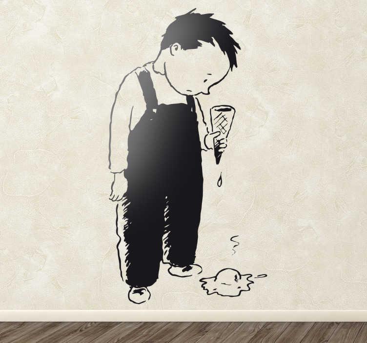 TenStickers. Smutný chlapec s nálepkou na zeď na zmrzlinu. Nástěnnou nálepku, která zobrazuje smutného chlapce, který upustil svou zmrzlinu. Perfektní dekorace pro každého, kdo někdy zažije tuto hroznou situaci!