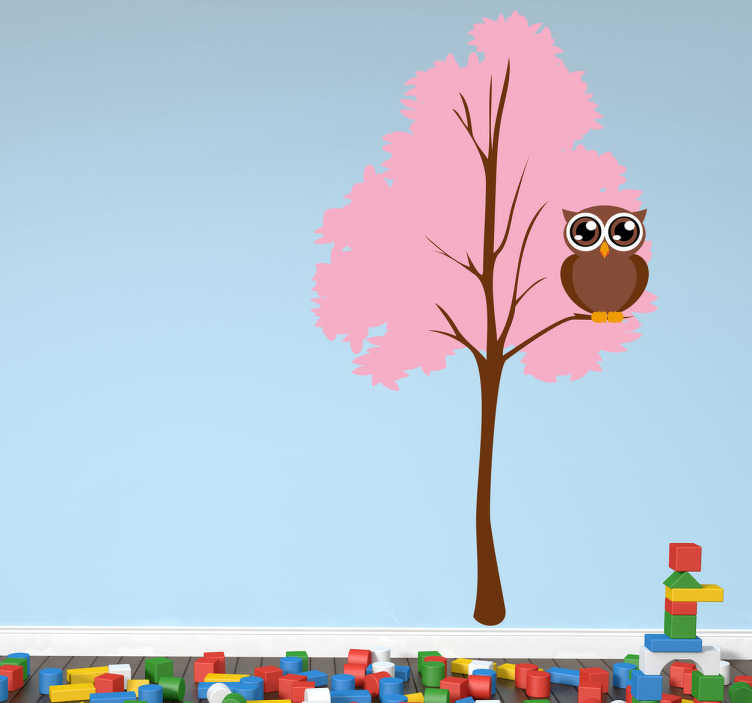 TenVinilo. Vinilo decorativo árbol rosa y búho. En un bosque rosado una lechuza de ojos gigantes nos observa. Original adhesivo de animales.