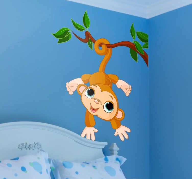 TenStickers. Adesivo bambini scimmietta coda forte. Sticker decorativo che raffigura una simpaticissima e colorattissima scimmietta appesa ad un albero.