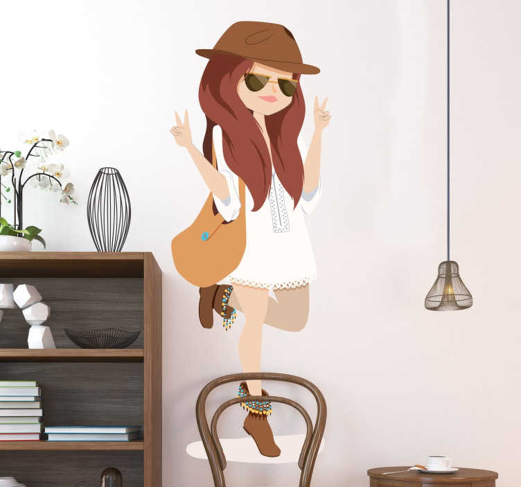 TenStickers. Sticker decorativo ragazza fancy. Adesivo murale che raffigura una ragazza con un vestito molto corto, stivaletti e cappello. Decora con stile il soggiorno o la camera da letto.