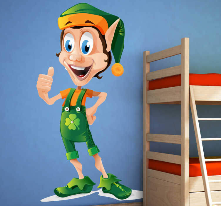 TenStickers. Kinder Aufkleber Glücks Elf. Gestalten Sie das Kinderzimmer mit diesem fröhlichen und bunten Wandtattoo! Es zeigt einen männlichen Elf mit Glücksklee auf der Brust.