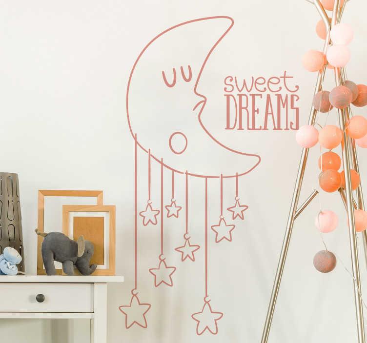 "TenStickers. 甜蜜的孩子贴花. 一个梦幻般的月亮墙贴,描绘了一个沉睡的月亮角色,星星挂在他身下,旁边还有""甜蜜的梦""。精彩的孩子墙贴来装饰他们的卧室。这款可爱的设计有各种颜色和尺寸,让您的孩子安心入睡!"