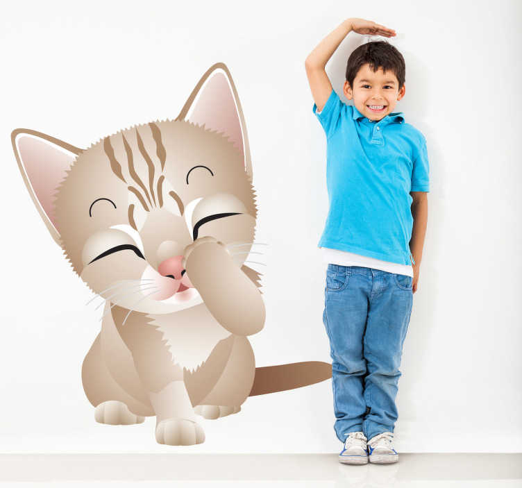TenStickers. Sticker Kinderkamer Jong Katje. Kat muursticker van een klein lief poesje muurstickers. De muurstickers katje wordt gemaakt van hoogwaardig vinyl. Muurstickers katjes in alle maten!