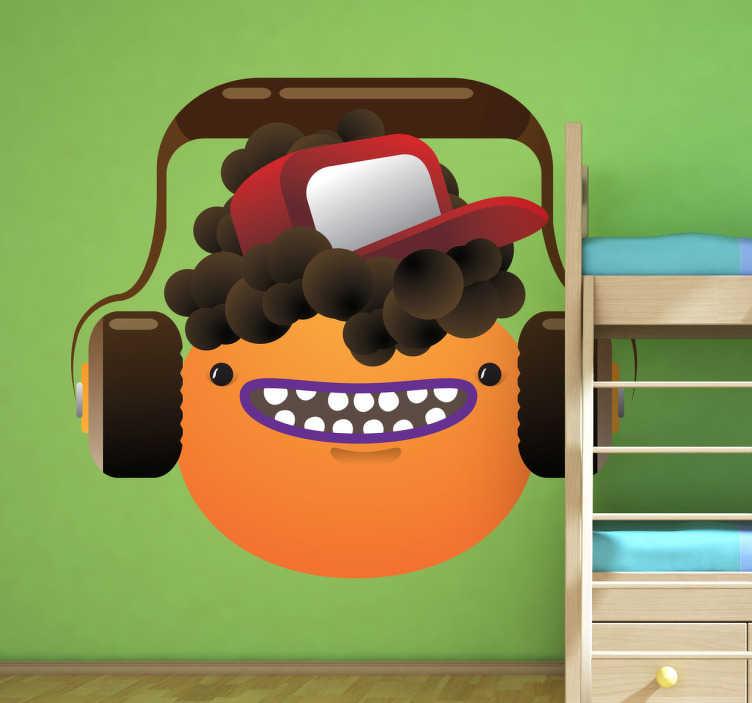 TenStickers. Sticker emoticon hoofdtelefoon. Een leuke muursticker van een lachende oranje emoticon met bruine krullen, een truckers pet en een koptelefoon voor muziek.