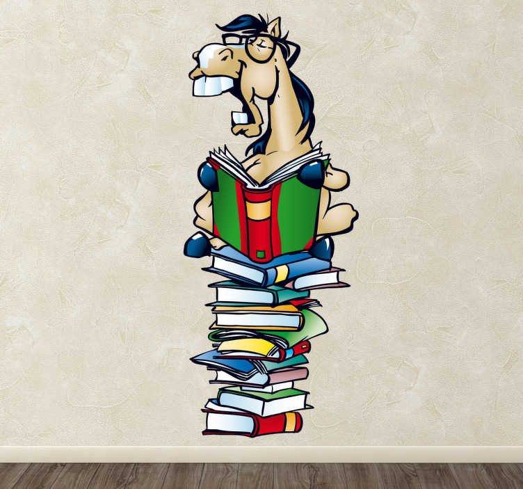 TenStickers. Sticker paard leest boeken. Een leuke muursticker voor kinderen, op deze wandsticker kan u een paard zien die een boek leest terwijl hij bovenop een stapel boeken zit.