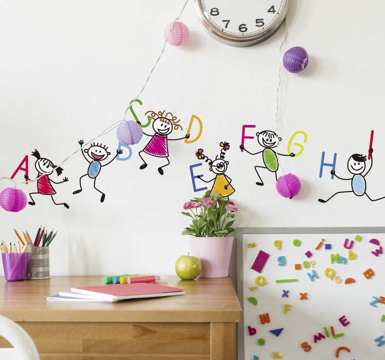 TenStickers. Nalepka za otroke z abecedo. Barvita otroška stenska nalepka, ki ilustrira majhne otroke, ki nosijo črke abecede. Nalepka za male otroke. Izboljšajte učenje svojih otrok z okrasitvijo njihove spalnice ali učilnice s to fantastično zasnovo.