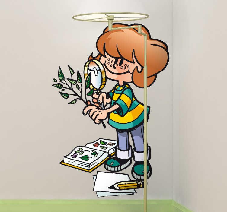TenStickers. Naklejka dziecięca uczeń botaniki. Naklejka przedstawiająca młodą uczennicę, uczącą sie botaniki poprzez badanie roślin przez lupę.