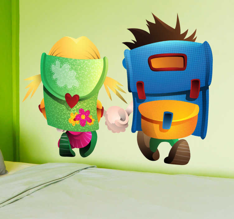TenStickers. Sticker kinderen op weg naar school. Een leuke muursticker van een jongen en een meisje die samen hand in hand naar school wandelen. Ook voor ramen en auto's.