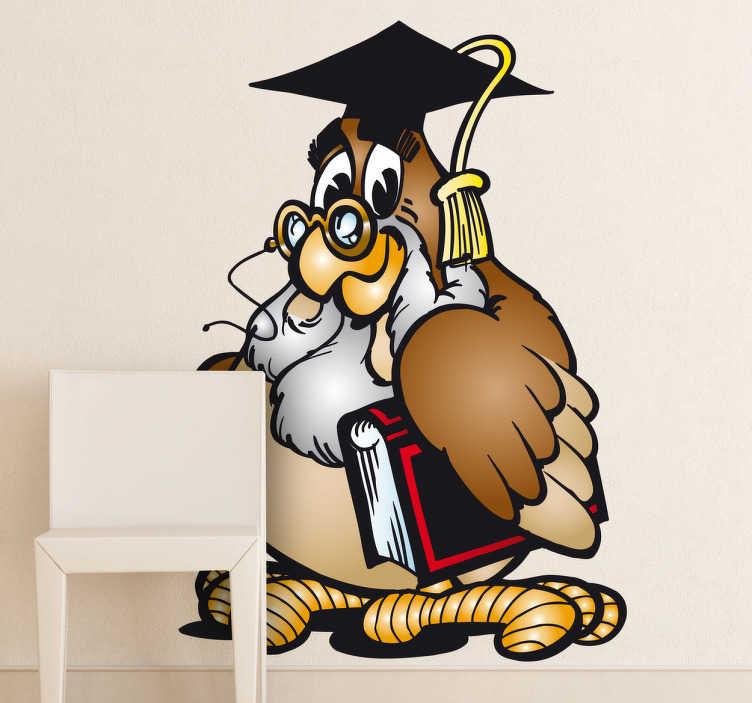 TenStickers. Naklejka profesor sowa. Naklejka na ścianę przedstawiająca sowę profesor z książką oraz charakterystyczną czapką po ukończeniu studiów. Fajny pomysł na dekorację pokoju dziecięcego.