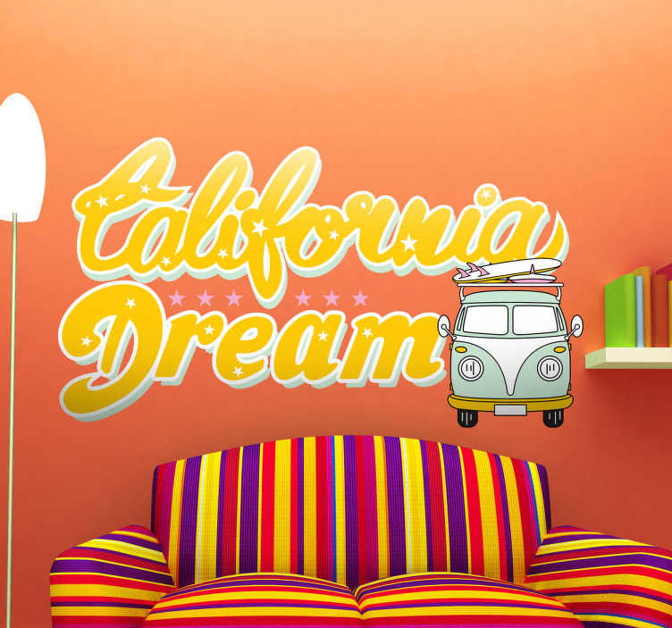 TenStickers. Autocolante decorativo California Dream. Autocolante decorativo ilustrando o texto California Dream, com uma caravana em estilo pão de forma transportando uma prancha de surf.
