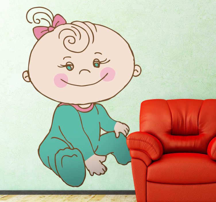 TenStickers. Naljepnica nasmijana dječja sjeda. Dodajte boju svojim zidovima ovom slatkom zidnom naljepnicom nasmijanog djeteta koje sjedi. Ima bodi kombinezon i luk u kosi te vrlo sladak osmijeh.