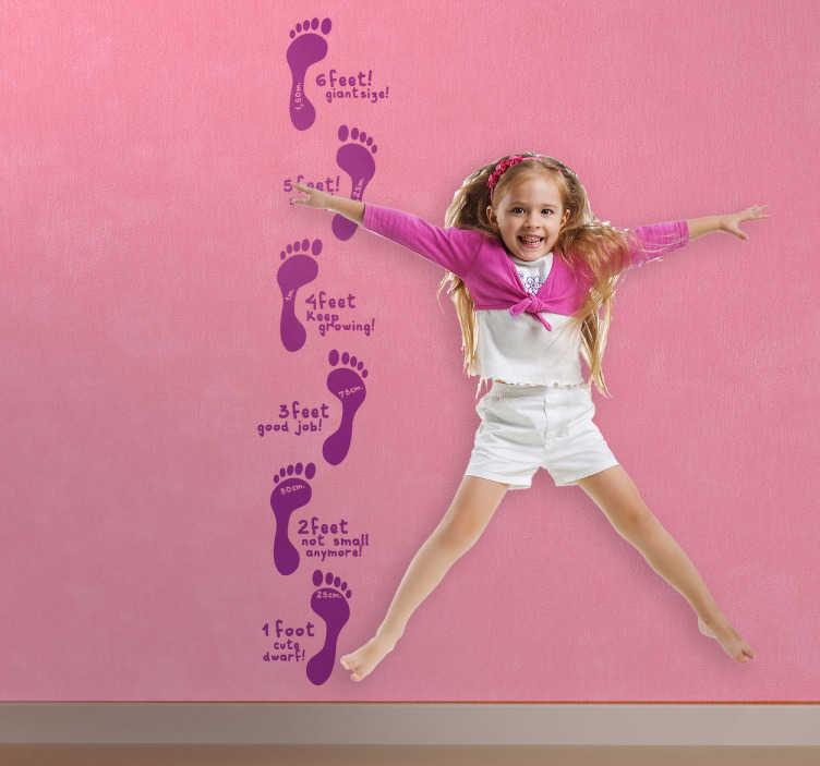 TenStickers. Fuß Maßband Aufkleber. Mit diesem Maßband Aufkleber Design auf Englisch können Sie die Wand im Kinderzimmer dekorieren und das Wachstum Ihrer Kinder im Auge behalten