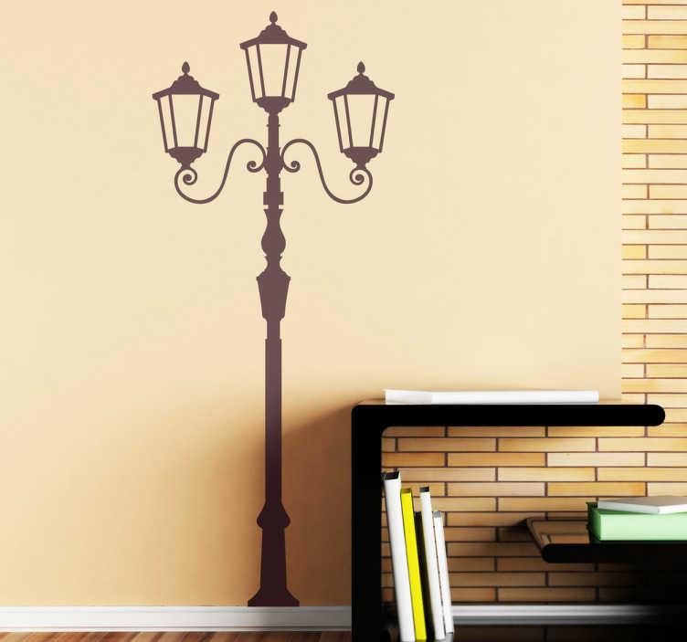 TenStickers. Sticker klassieke straatlantaarn. Een leuke muursticker voor de decoratie van uw woning. Een leuke wandsticker met hierop een klassieke straatlamp afgebeeld.