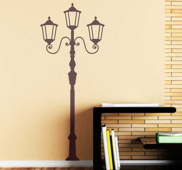 TenStickers. 복고풍 램프 벽 스티커. 세 가지 빛을 가진 오래 된 구식 가로등으로 좋은 빈티지 벽 스티커. 클래식하지만 우아한 벽 장식을 찾는 사람들을위한 복고풍 데칼입니다.