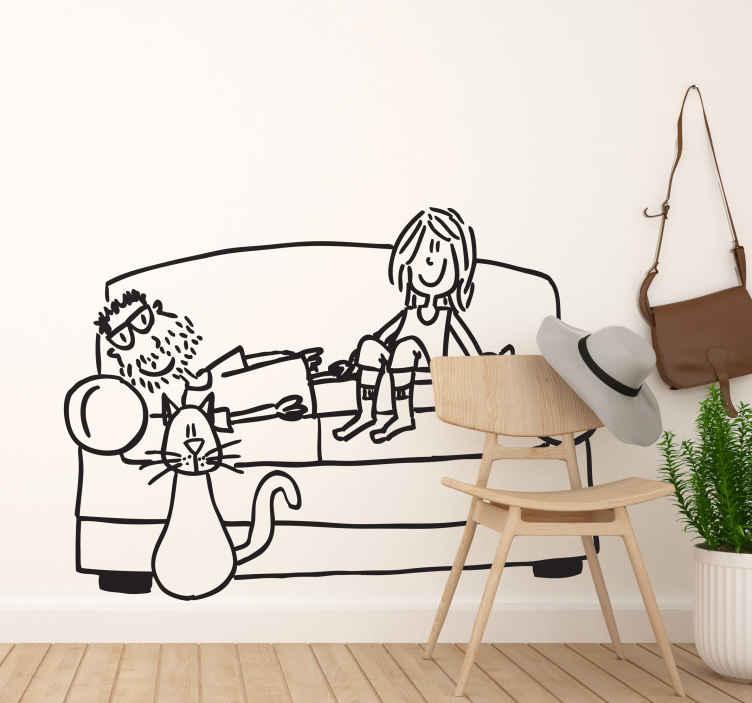 TenStickers. Sticker decorativo momento divano. Adesivo murale che raffigura una coppietta che si rilassa sul divano sotto gli occhi vigili del gatto. Un disegno originale di Deia.