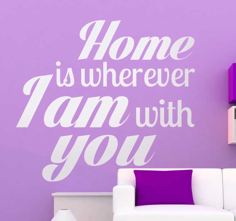 """TenStickers. Sticker décoratif home phrase romantique. Adhésif avec cette phrase romantique qui nous dit que """"la maison est n'importe quel endroit où je suis avec toi""""."""