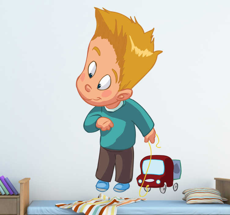 TenStickers. Wandtattoo Junge mit Auto. Wandgestaltung für das Kinderzimmer: Wandtattoozeigt einen kleinen Jungen, der ein Spielzeug Auto hinter sich herzieht.