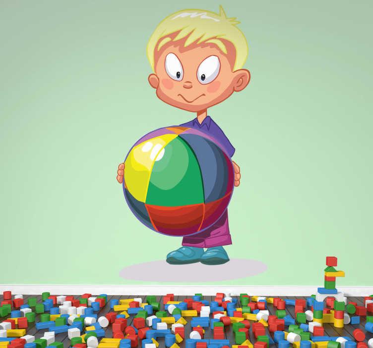 TenStickers. Naklejka na ścianę blon chłopiec. Naklejka na ścianę przedstawiająca jasnowłosego chłopca trzymającego dużą, kolorową piłkę. Ciekawy pomysł na dekorację pokoju dziecięcego.