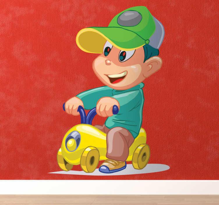 TenStickers. Wandtattoo Junge auf Spielzeugauto. Wandgestaltung für das Kinderzimmer: Das Wandtattoo zeigt einen kleinen Jungen auf einem Spielzeugauto, der fröhlich durch die Gegend fährt.